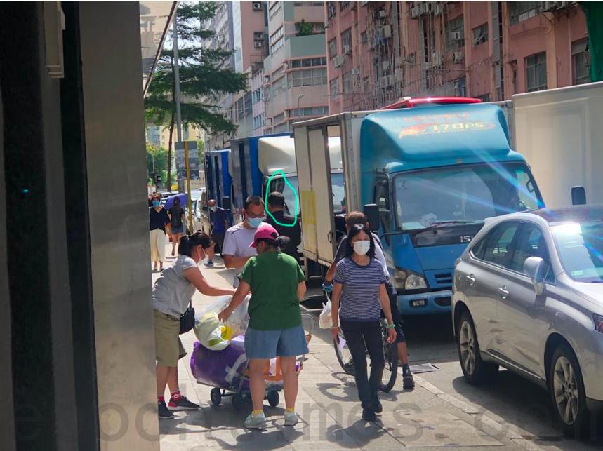 圖中穿黑衣禿頭男士8月10日上午跟蹤香港大紀元採訪主任梁珍。(香港大紀元圖片)