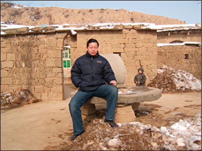 中國著名人權律師高智晟在老家的陝北窯洞前。(大紀元資料室)