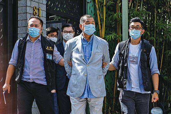 從壹傳媒創始人黎智英被抓捕、可以看出中共與港府開始鎖定傳媒界進行打壓,製造「寒蟬效應」。圖為8月10日,黎智英在住宅處被帶走。(VERNON YUEN/AFP via Getty Images)