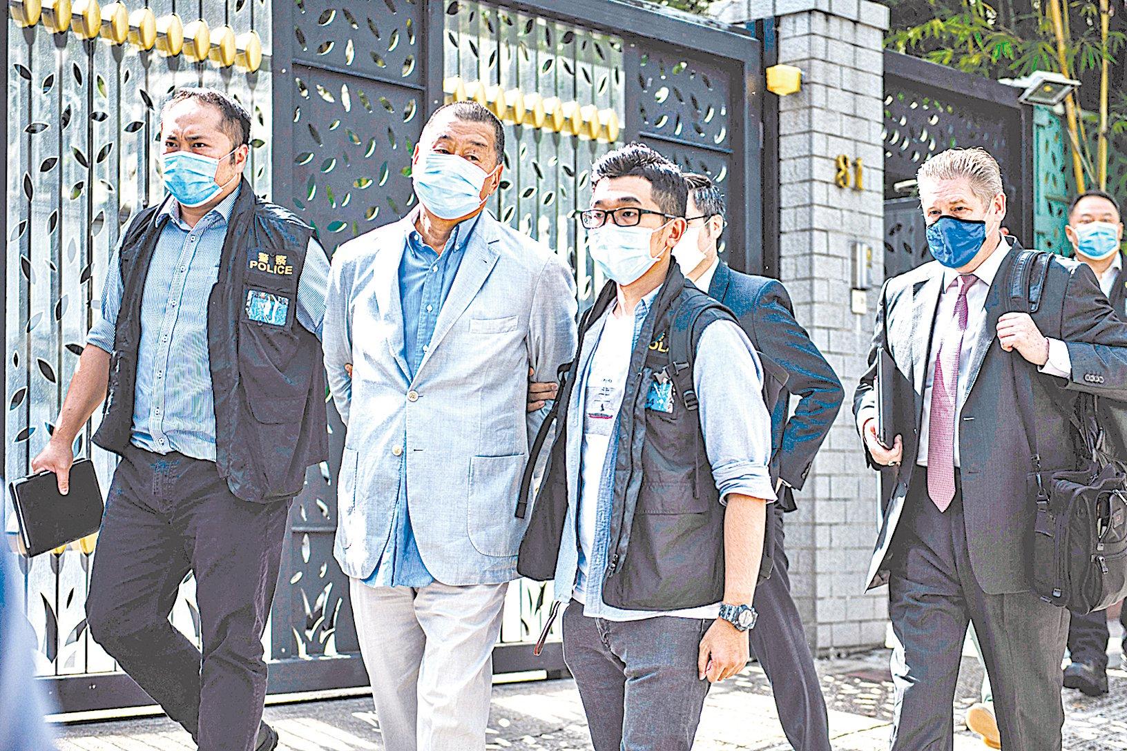 8 月 10 日,壹傳媒創辦人黎智英及其兩個兒子等10人被抓捕。圖為黎智英在住宅處被帶走。(VERNON YUEN/AFP via Getty Images)