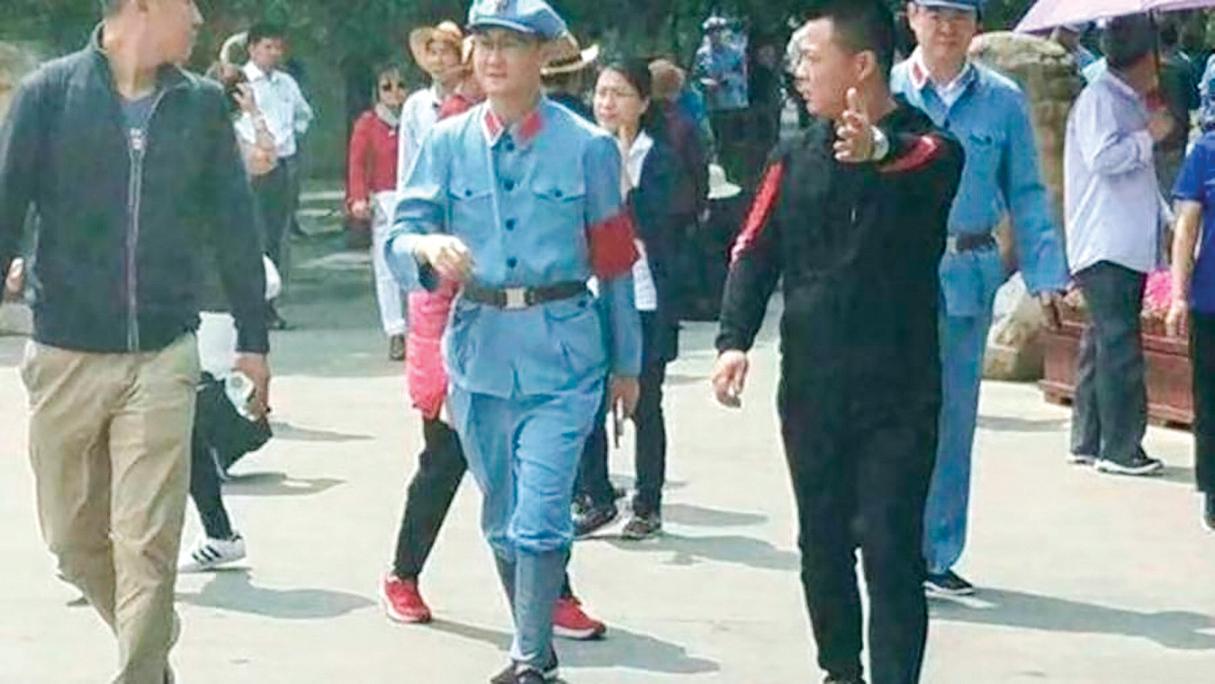 p2018年4月,騰訊老闆馬化騰(中)穿紅軍服訪延安。(網絡圖片)