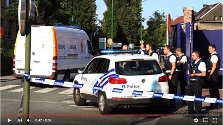 8月6日,比利時南部城市沙勒羅瓦2名警員遭歹徒用彎刀砍傷。歹徒後被警方擊斃。圖為警察聚集在案發現場。(YouTube視像擷圖)
