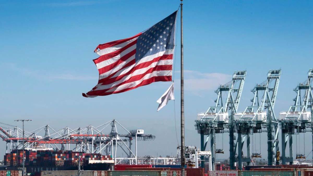 圖為美國加利福尼亞州洛杉磯港正在裝卸貨物的一個普通場景。(MARK RALSTON/AFP via Getty Images)