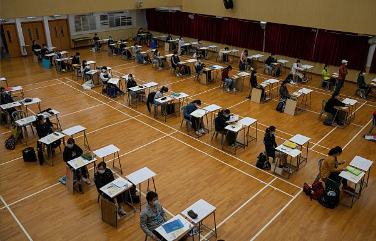 本屆中學文憑考試(DSE)歷史科試卷中,一條關於中日關係的必答題,引起軒然風波。圖為疫情中的香港DSE考場。(JEROME FAVRE/POOL/AFP via Getty Images)