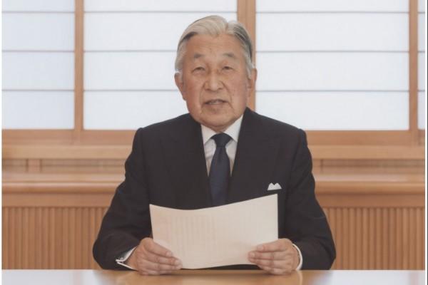 8月8日,日本眀仁天皇通過電視錄像向日本國民表達了有關「生前退位」(提前讓位)的心境。在11分鐘左右的錄像中,眀仁天皇表示說,感到「身體的衰弱」,要「全身心」地盡到天皇的職責深感有困難,也為此而苦惱。(視像擷圖)