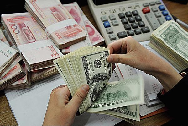 今年以來,中國境內疫情、洪災肆虐,各經濟數據均顯衰退跡象,但代表經濟實力的人民幣匯率卻一直維持在「7」左右。(STR/AFP/Getty Images)