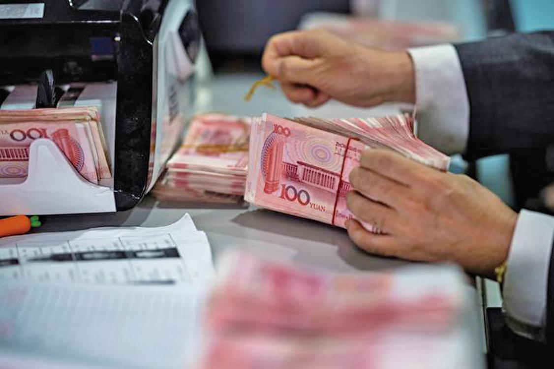 中共鋪天蓋地的宣傳數碼貨幣,引外界關注。分析認為稍有不慎就可摧毀整個國家的金融系統,民眾財富被收刮殆盡。圖為銀行職員正處理紙鈔作業。(AFP)