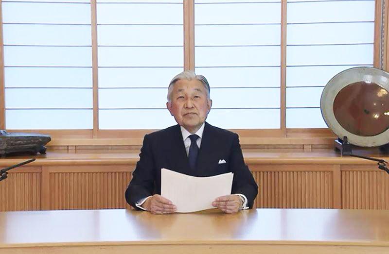 日皇明仁8日下午3時透過視頻,表達作為象徵天皇關於公務的想法,顯示他有意實現生前退位的強烈意願。(圖取自日本宮內廳影片www.kunaicho.go.jp/)