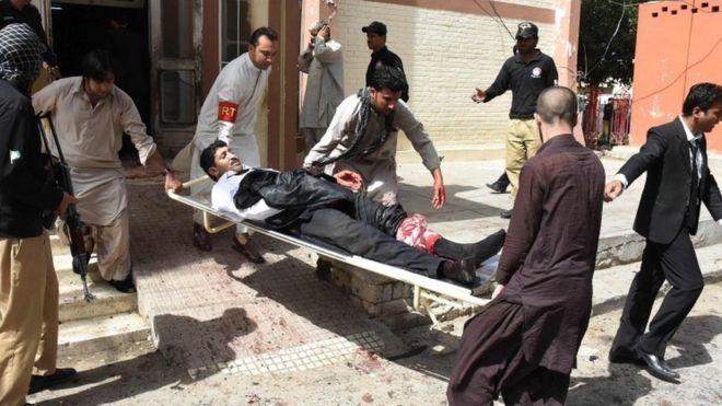 巴基斯坦西南部城市奎達市內的一間醫院今日下午受到炸彈襲擊,當地官員表示炸彈襲擊已造成醫院內53人死亡,多人受傷。(網絡圖片)
