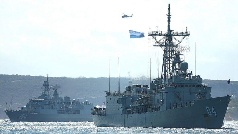 圖為2013年10月4日,澳洲海軍軍艦HMAS達爾文和HMAS Parramatta進入悉尼港口。(Cameron Spence/Getty Images)