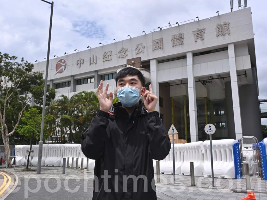 今日(18日)Lunch哥David來到中山紀念公園體育館一人進行「香港人和你Lunch」活動,在他到達之前已有不少警員開始戒備,David提出了一項新的訴求:「反對DNA檢測」及「反對大陸醫護來港」。(宋碧龍/大紀元)