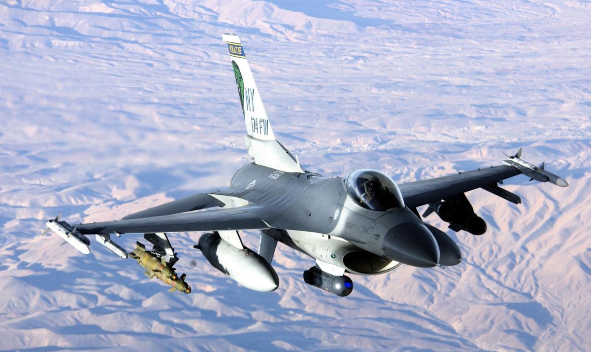 台灣多地有航空迷拍到F-16等戰機掛載火力強大的武器升空,引發外界猜想。圖為F-16戰鬥機。(公有領域)