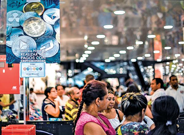 委內瑞拉的加密數字貨幣「石油幣」,不被其它國家接受使用。圖為委國消費者在一間百貨公司接受加密貨幣的收銀處排隊付款。(YURI CORTEZ/AFP via Getty Images)