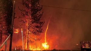 遭遇超強雷暴火龍捲 加州25處山火齊燒