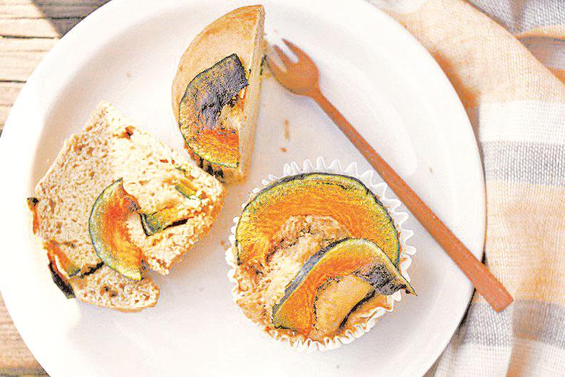 鬆軟香甜的豆漿南瓜馬芬蛋糕。(圖/如何出版社提供)