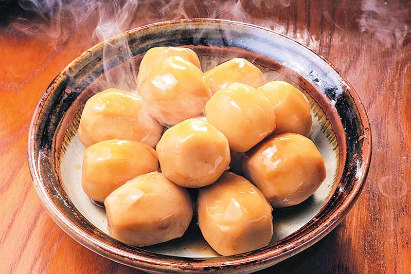 「滷」是將香料加醬油熬煮成滷汁,再將調理好的食材放入燒製入味。