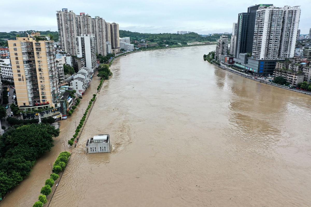 一輪一輪的暴雨襲擊四川,導致長江上游32條江河超出警戒水位和保證水位,甚至有的地區出現百年一遇的洪水。(AFP)