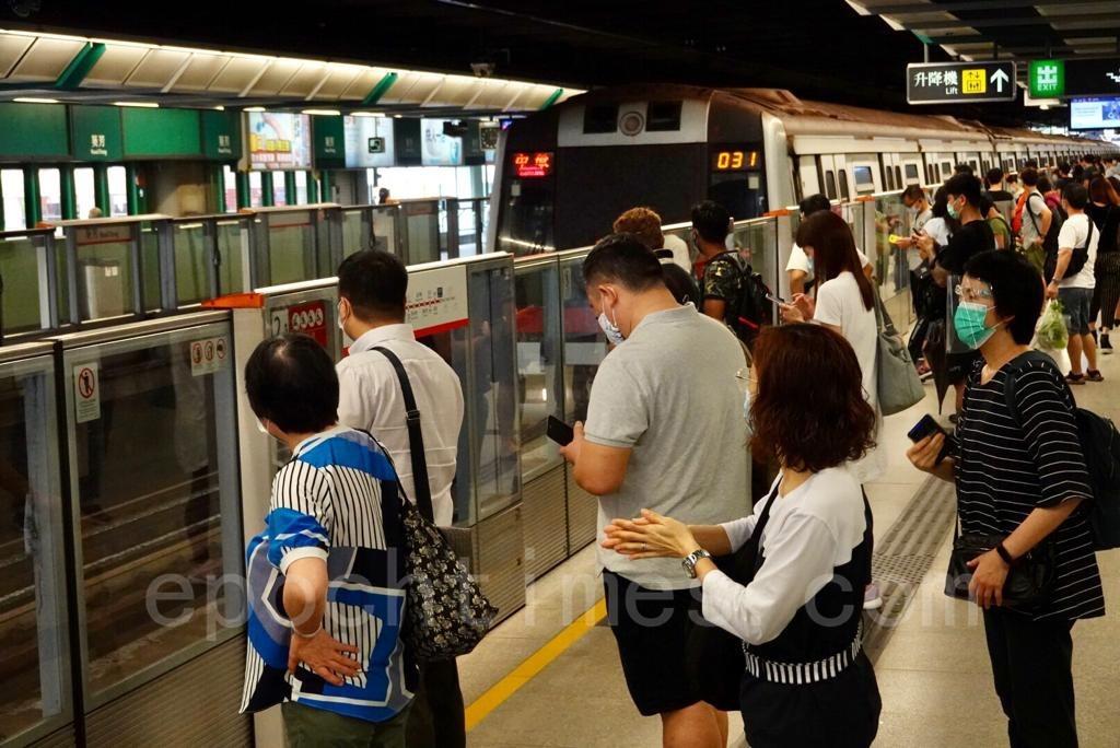 市民搭乘港鐵陸續返工。(余鋼/大紀元)