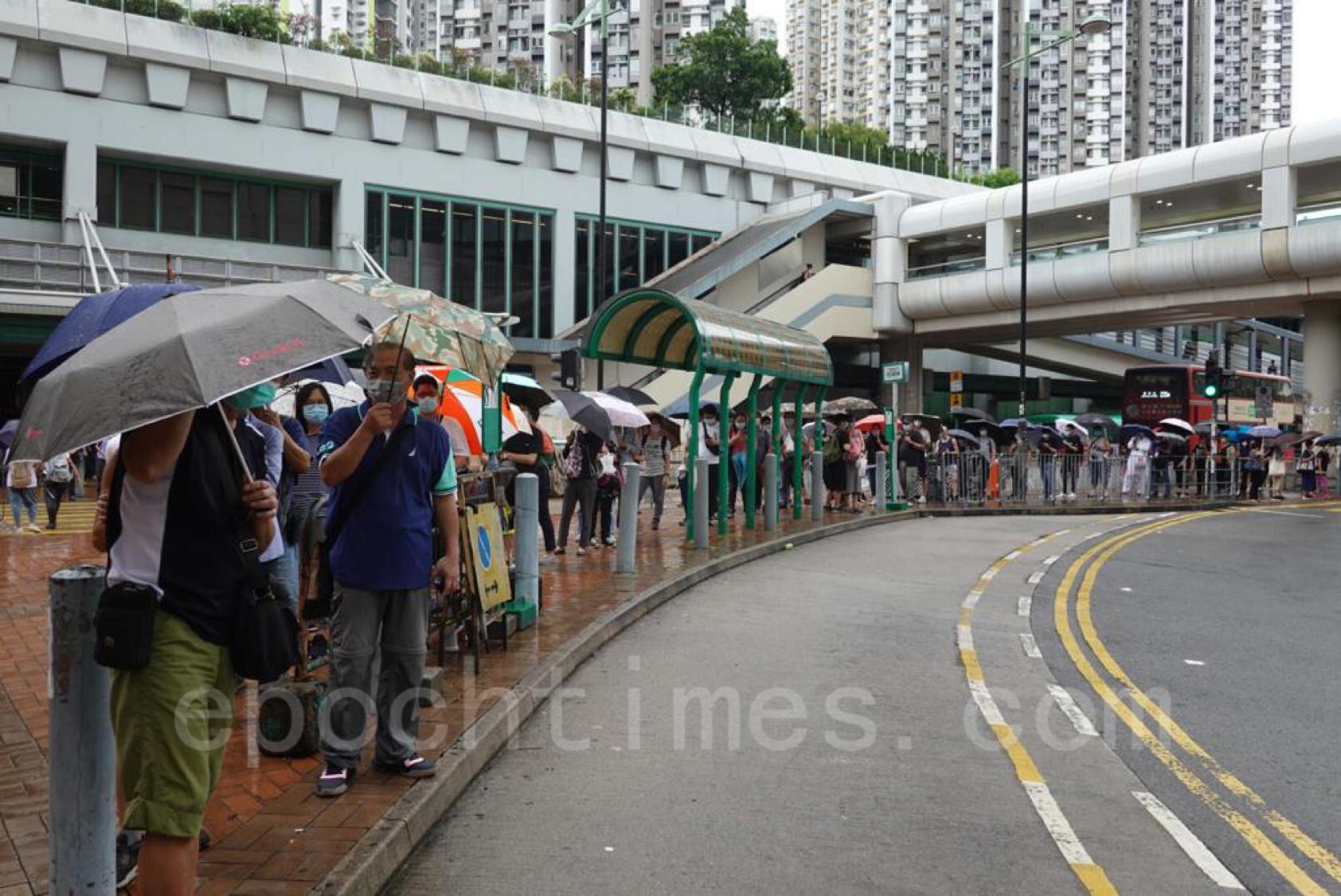市民陸續返工,有巴士站已現人龍。(余鋼/大紀元)