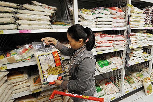 最近中共官方大動作倡導節約糧食,引發外界對中國或面臨嚴重糧食危機的質疑。圖為中國某超市。(MIKE CLARKE/AFP/Getty Images)