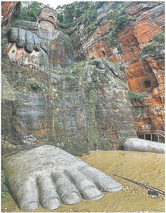 █ 1949年來樂山大佛首次被洪水淹至腳趾。( 網絡圖片)