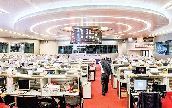 香港經濟衰退,只有股市表面上還好些。圖為香港一處交易所。(Getty Images)