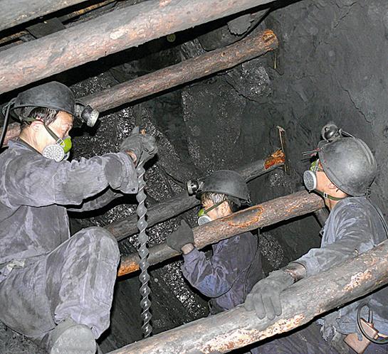 在負債急劇增加、現金流萎縮的情況下,煤炭企業員工工資出現大面積降薪、欠薪現象。(網絡圖片)