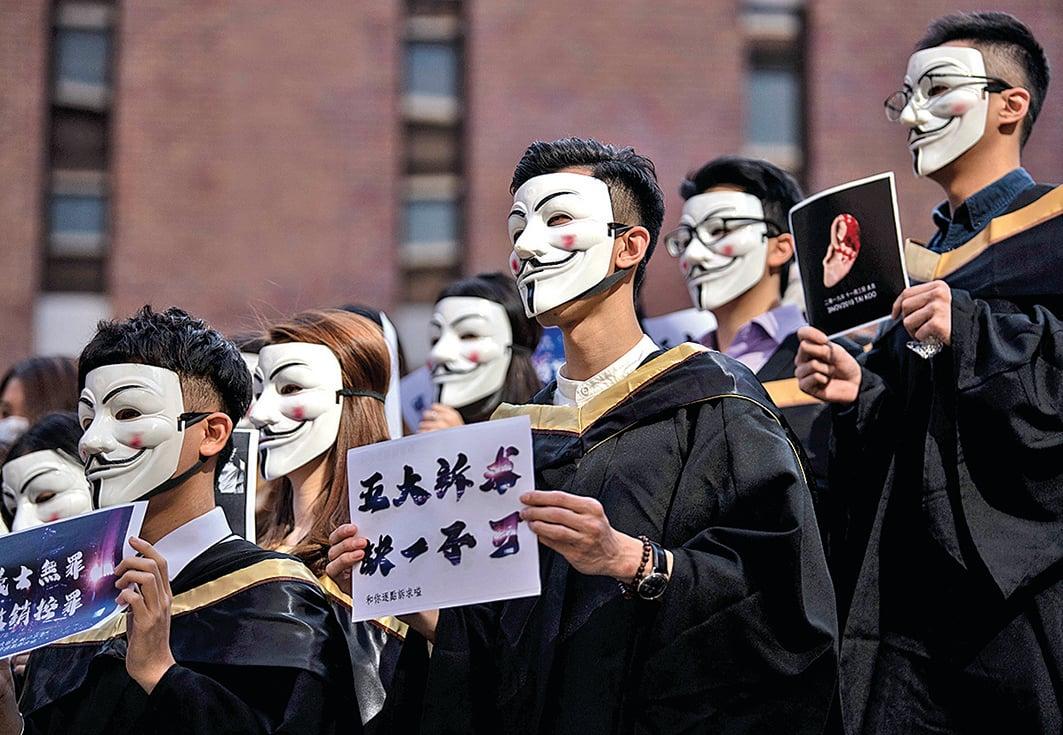 香港反送中運動期間,學生戴上《V字仇殺隊》的經典面具表達訴求。(AFP)