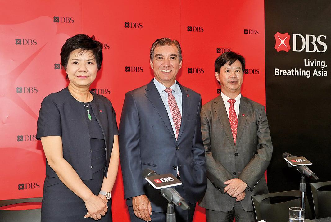 星展銀行香港行政總裁龐華毅(中)與星展銀行香港董事總經理張建生(右)。(余鋼/大紀元)