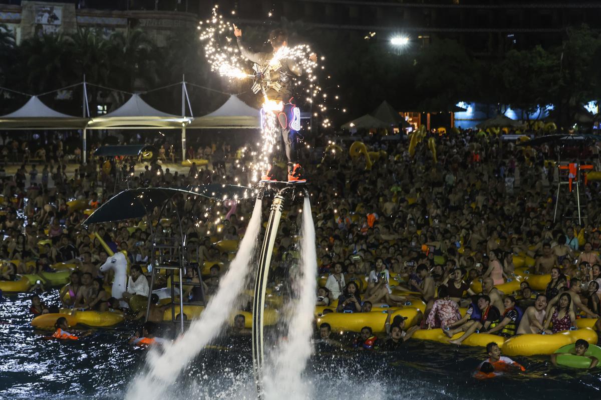 2020年8月15日,湖北武漢一場據稱有3,000人參加的水上電音派對,現場人潮湧湧。(STR/AFP via Getty Images)