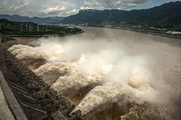2020年8月19日,長江第五號洪峰將經過三峽大壩,將面臨二十年一遇的洪水,承受巨大壓力。圖為7月19日三峽大壩正在洩洪,造成下游洪災加重,許多農田和房屋被淹。(STR/AFP via Getty Images)