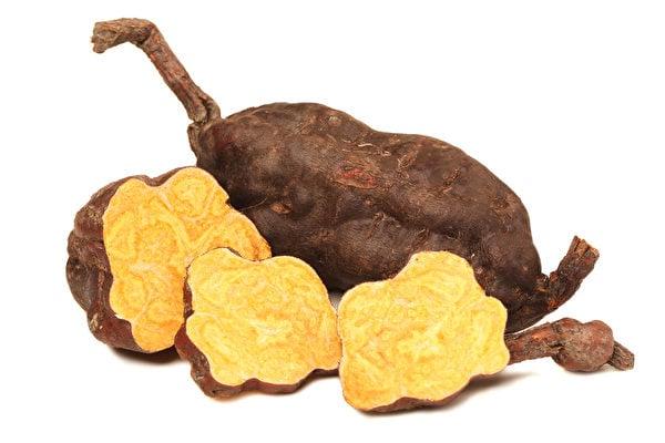 《開寶本草》稱何首烏「黑鬚發,悅顏色,久服長筋骨,益精髓,延年不老」,是中國古代「四仙藥」之一。(Shutterstock)