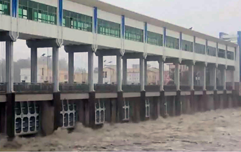 7月20日,安徽阜陽王家壩13孔閘門全部放開,向蒙窪蓄洩洪區分洪。將近20萬畝良田頃刻間變成一片汪洋,4個縣20萬人的家沒了。(影片截圖)