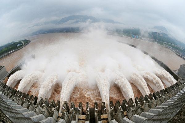 20日上午8點15份,長江第五號洪水經過三峽大壩,入庫量超過74,600立方米每秒,這是三峽工程建壩以來官方披露的最大的入庫流量。(AFP/Getty Images)