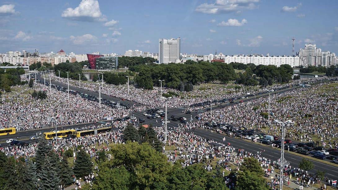 圖為8月16日,白俄羅斯首都明斯克反政府集會現場。(SERGEI GAPON/AFP via Getty Images)