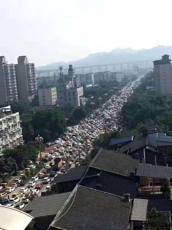 小區基本上所有人全部撤離造成交通阻塞。(受訪者提供)