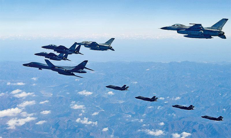 美國空軍、海軍及海軍陸戰隊與日本自衛隊戰機8月17日舉行歷時24小時的大規模聯合軍事演練。另外,美軍兩架B-1B轟炸機被發現返美前繞道東海、航跡路線異常,引發輿論關注。圖為美國空軍B-1B轟炸機。(Getty Images)