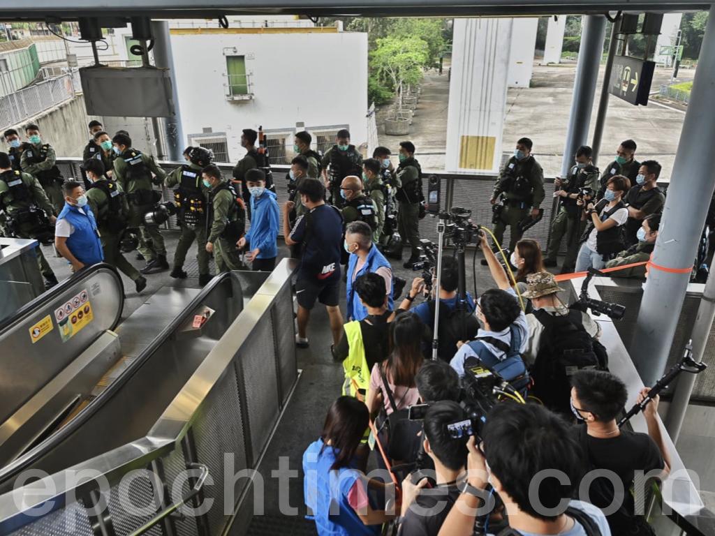 防暴警察拉起封鎖線限制記者採訪範圍,現場記者與警察發生爭論。(宋碧龍/大紀元)