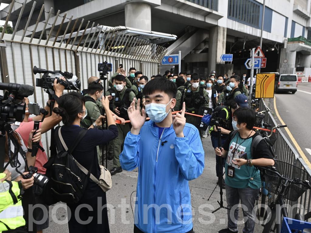 今日來參與活動的抗爭者僅Lunch哥David一人,他被警員圍在一角進行搜查。在元朗站外圍大批警車停泊。(宋碧龍/大紀元)