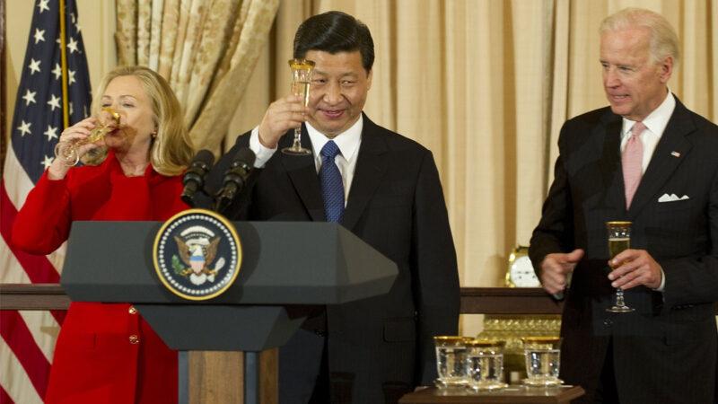 特朗普近日警告說,如果拜登當選,贏家將是中共。圖為2012年2月14日在華盛頓舉行的午餐會上,中共總書記習近平與時任副總統拜登(右)和國務卿希拉莉(左)互相敬酒。(JIM WATSON/AFP via Getty Images)