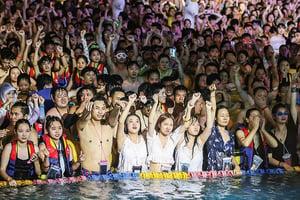 武漢水上電音派對  現場三千人 無人戴口罩