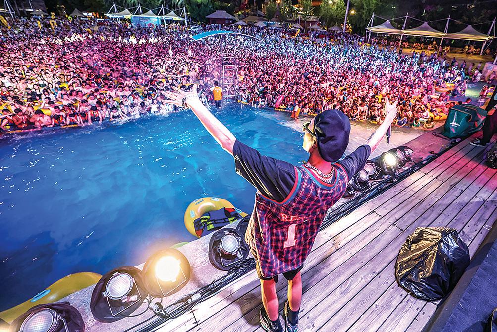 8月15日,湖北武漢一場據稱有3,000人參加的水上電音派對(Party),現場擠滿人,且都沒有戴口罩。(AFP)