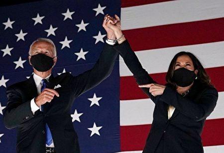 圖為民主黨總統候選人拜登(左)和副總統候選人賀錦麗(右)。(OLIVIER DOULIERY/AFP via Getty Images)