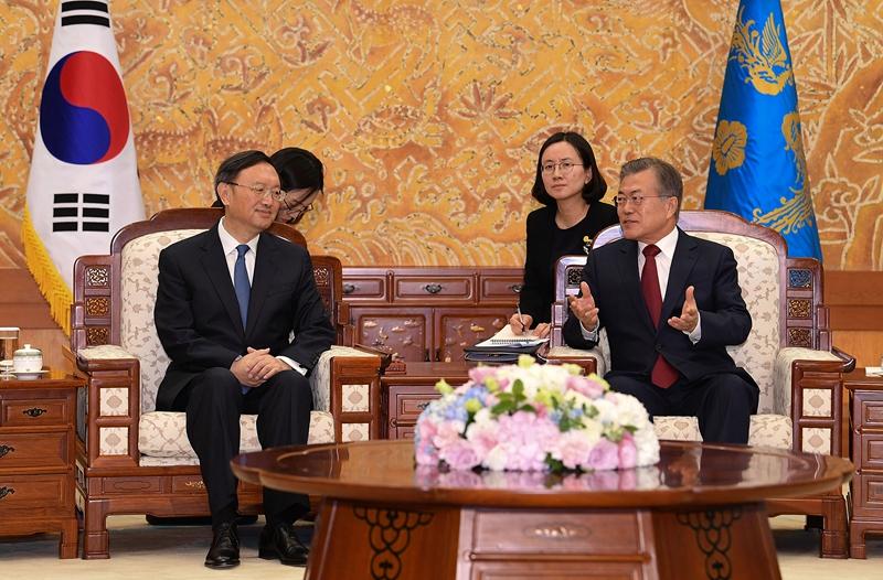 圖為2018年,楊潔篪(左)訪問南韓與文在寅(右)總統會面。(Kim Min-Hee-Pool/Getty Images)
