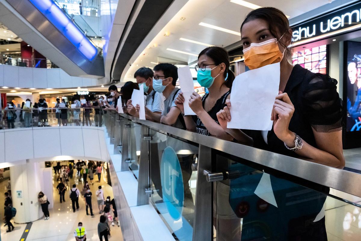 在中共實施「港版國安法」後,香港民眾繼續抗議。圖為7月6日,抗議者在香港一個購物中心舉著白紙,表達對警方逮捕攜帶抗議標語者行為的抗議。(Billy H.C. Kwok/Getty Images)