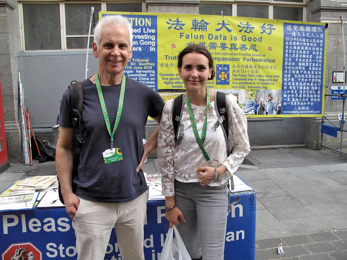 2020年8月16日,英國女演員、製片人愛琳(Eileen Von Skopnik)與朋友羅伯特(Robert)在倫敦唐人街讚賞和支持法輪功學員反迫害。(明慧網)