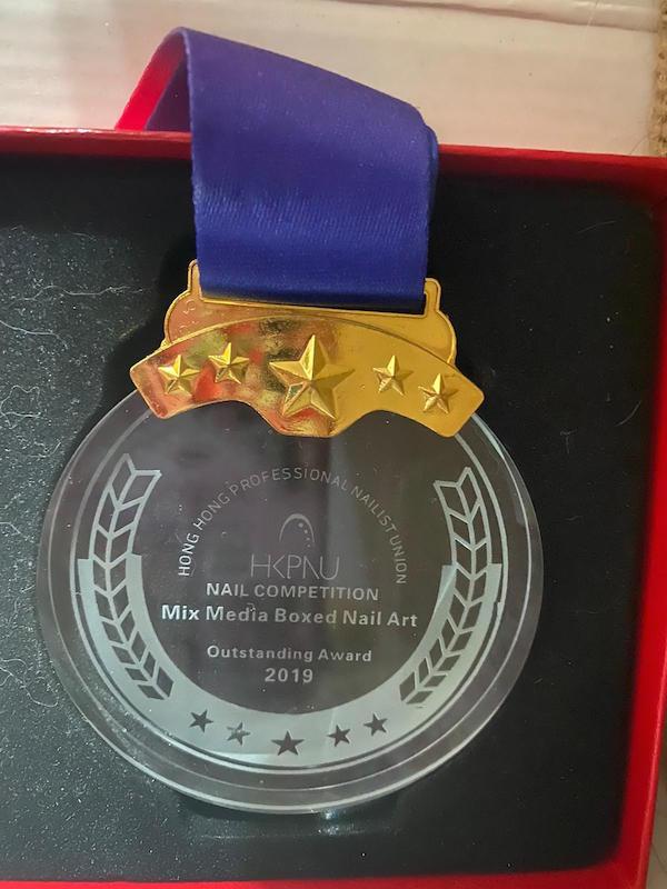 Coffee曾經參加香港專業美甲師同業協會(Hong Kong Professional Nailist Union)藝術彩繪組合甲比賽,獲得優異獎。(受訪者提供)