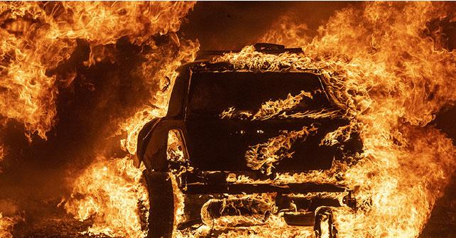 數百宗大火席捲加州,給當地造成大量破壞。圖為8月19日一輛停放在一居民宅外的汽車被燒燬。(AFP)