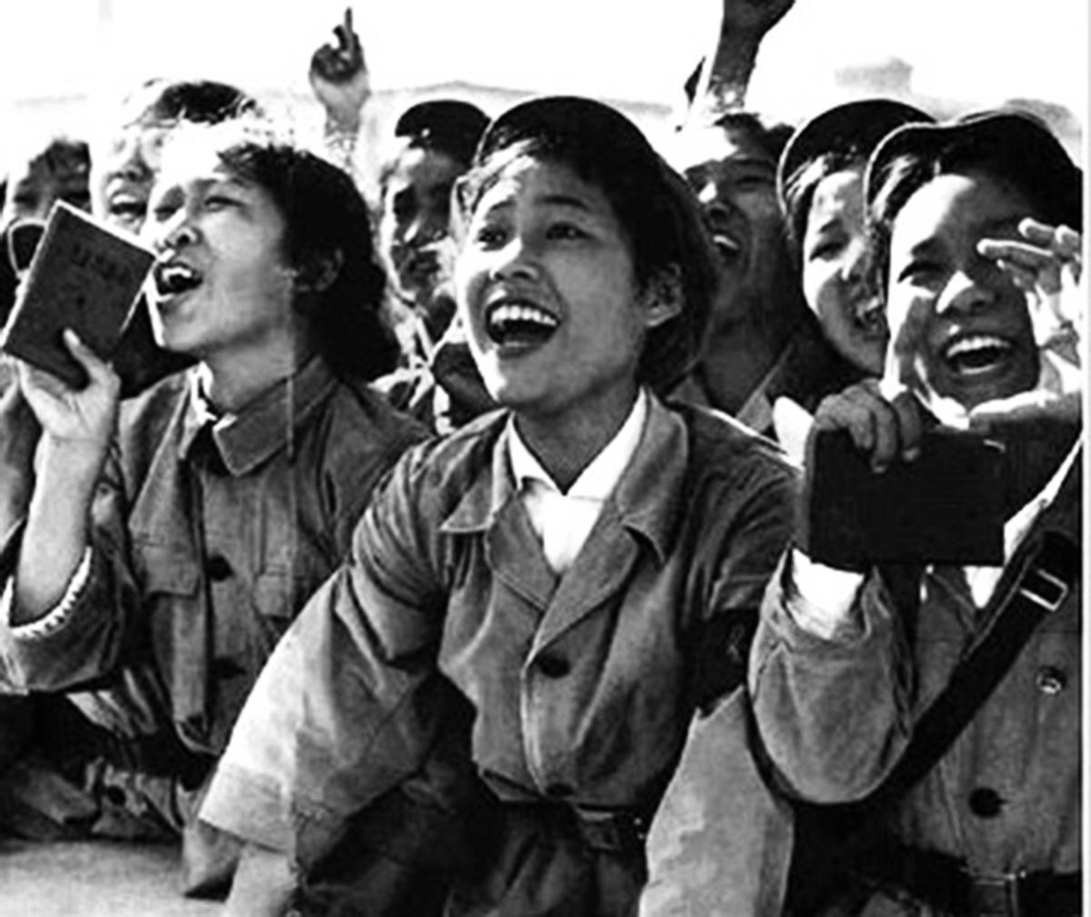 這是文革初期一張宣傳最廣的照片。一名天真可愛的中學女生成為狂熱的毛信徒(此人今年已是近七十歲的老奶奶)。(網絡圖片)