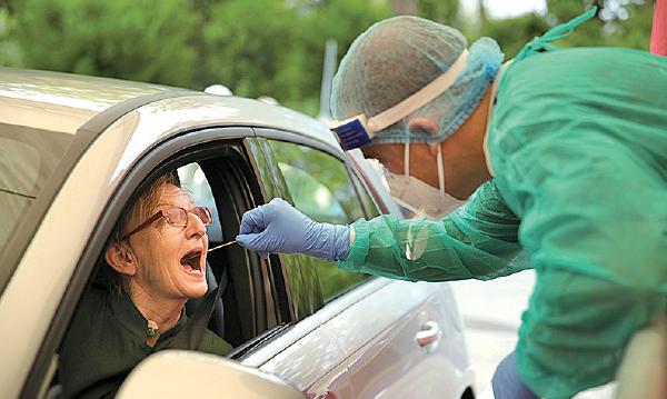 圖為德國檢疫人員為司機進行深喉採樣。(Andreas Rentz/2020 Getty Images)